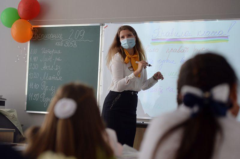 Учитель проводит классный час в школе №215 «Созвездие» в микрорайоне Солнечный в Екатеринбурге в День знаний.