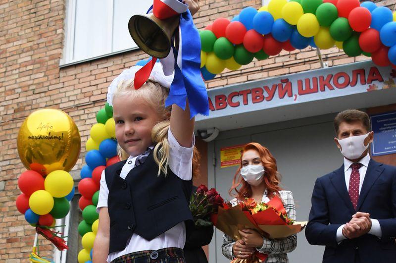 Праздничная линейка в филиале СОШ №82 во Владивостоке в День знаний. На заднем плане губернатор Приморского края Олег Кожемяко.