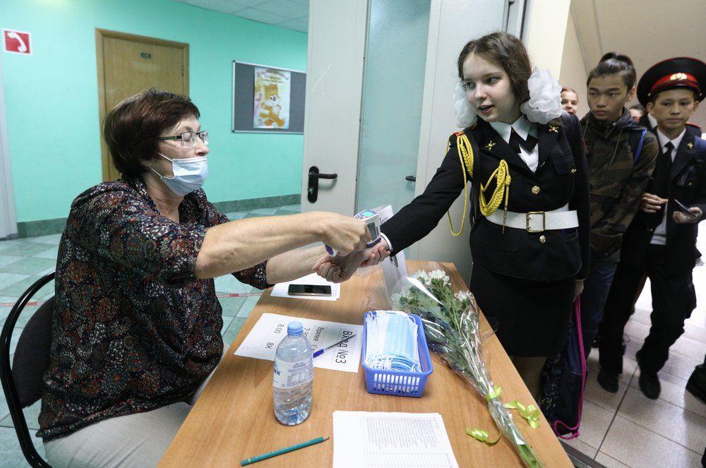 Измерение температуры на входе в московскую школу «Марьина Роща имени Орлова».