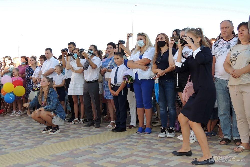 Школьный праздник снимали десятки объективов.