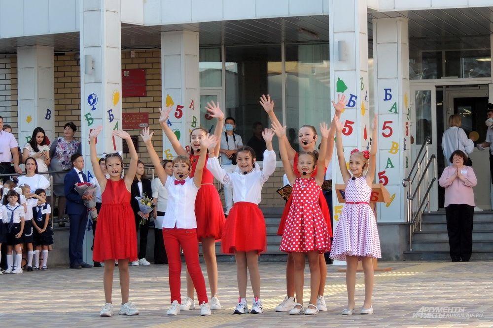 Танцевальный номер в честь праздника.