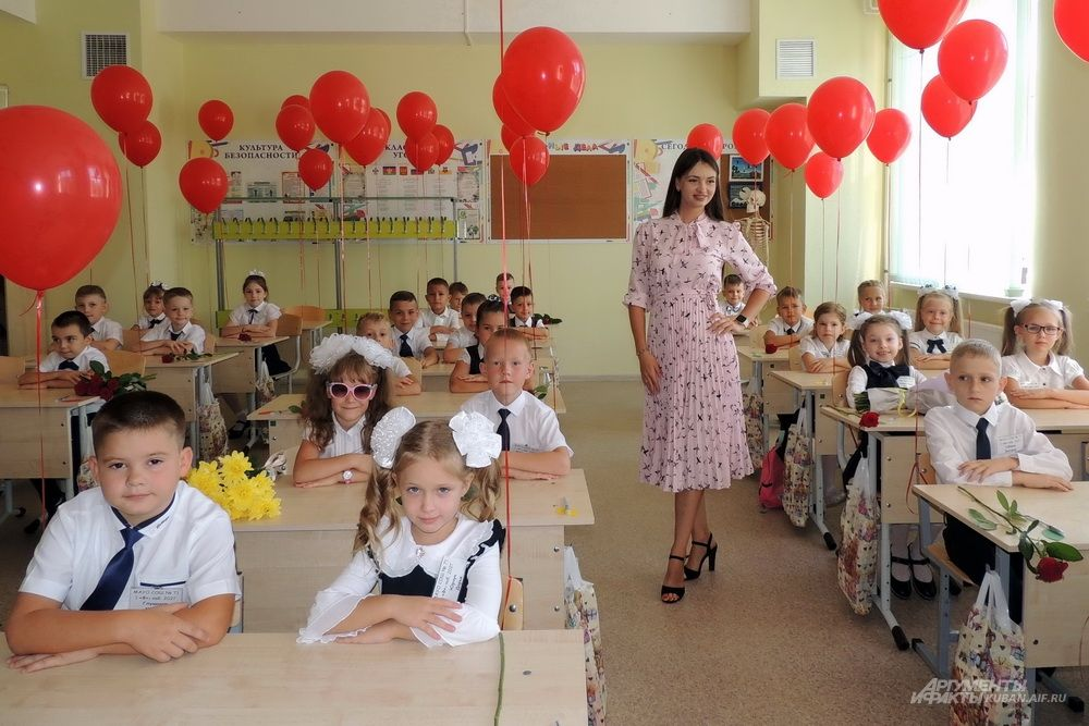Первый урок класса «Ф» с молодой учительницей.