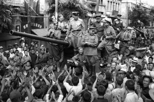 Дальневосточный фронт. Население китайского города Далянь встречает советских танкистов. 21 августа 1945 г.