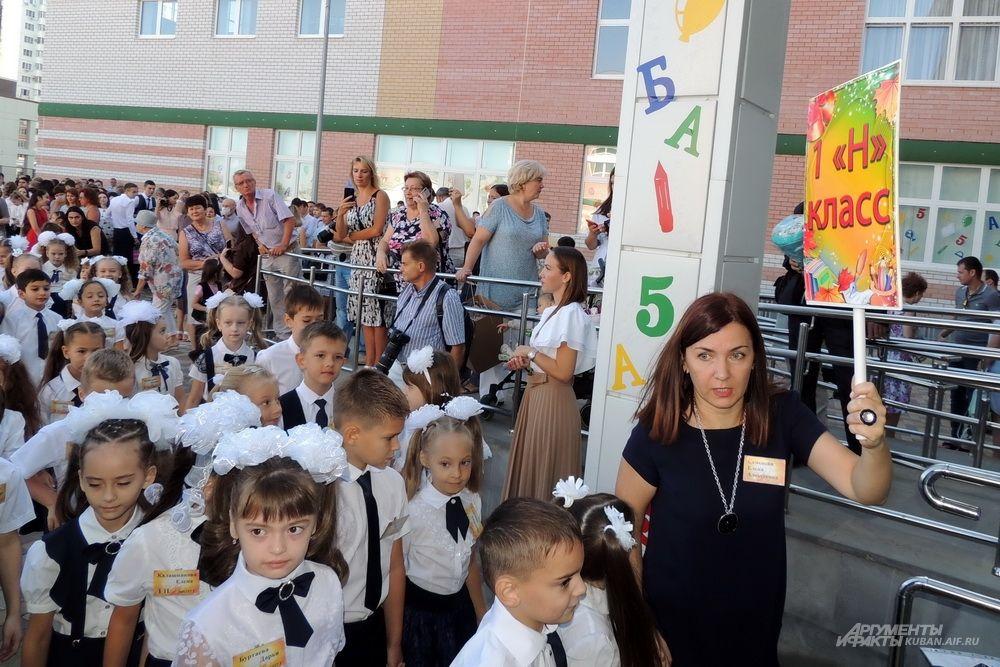 Первый «Н» класс заходит в школу.