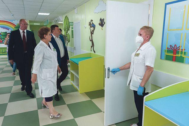Александр Никитин остался доволен темпами и качеством работ: уже в ноябре новая детская поликлиника Рассказово примет первых пациентов.