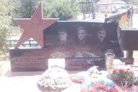 В братской могиле в с. Красном похоронены шестеро, а названы лишь трое