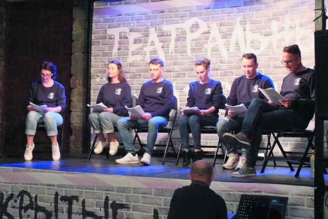 Актёры читают газетный репортаж по ролям.