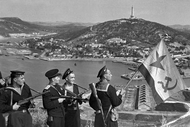 Советские десантники водружают флаг над Порт-Артуром.