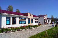 Новая школа была построена взамен аварийной, дети учились в двух деревянных зданиях 1958 года постройки.