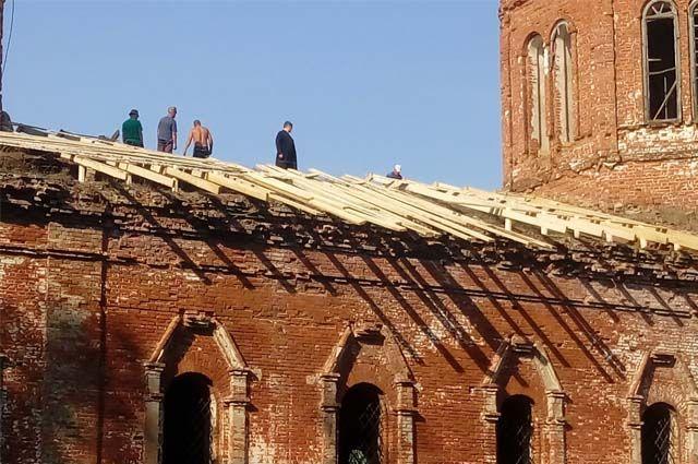 Местные жители решили спасти здание от разрушения.