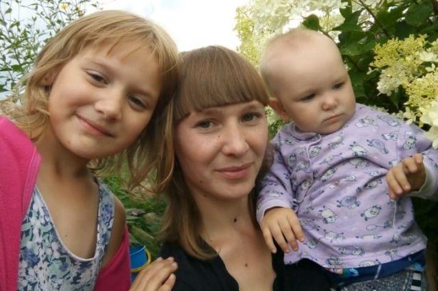 Победительница розыгрыша Евгения Смольникова с детьми Ариной и Настей.
