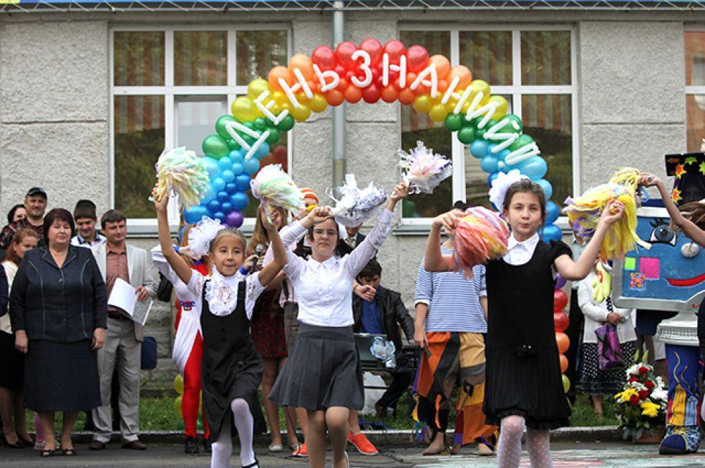 Не отставали в поздравлениях и первоклашки: в танцах, стихотворениях и сценках они приветствовали школу и своих первых учителей.