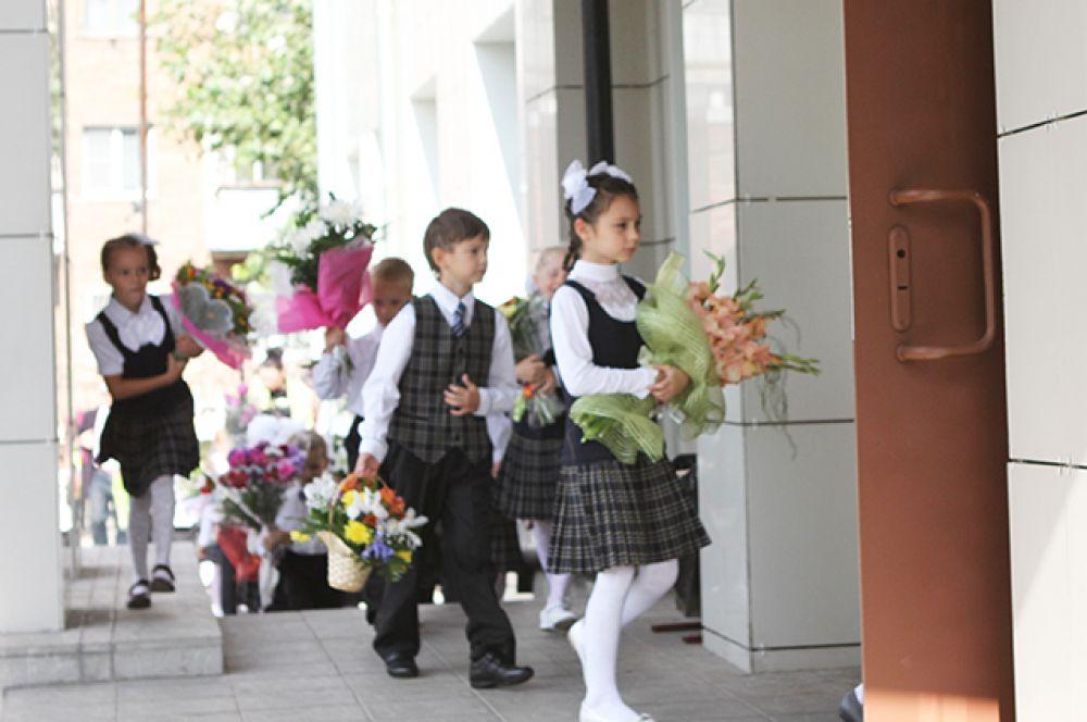 Традиционно, школьники несли учителям цветы. Нынче педагоги не остались без букетов тоже, однако осторожности в момент их принятия раньше было меньше.