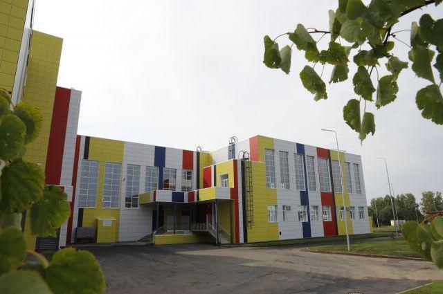 1 сентября в кемеровской Лесной Поляне открылась новая школа № 85. Ещё две школы - в Тайге и Анжеро-Судженске - обещают построить до конца года.