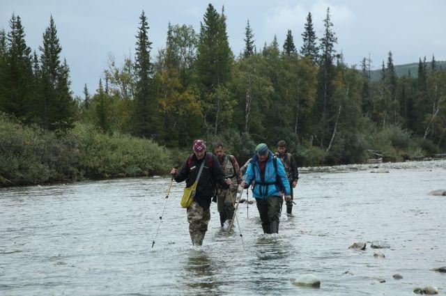 Участники экспедиции форсировали горные реки и совершали восхождения на вершины.