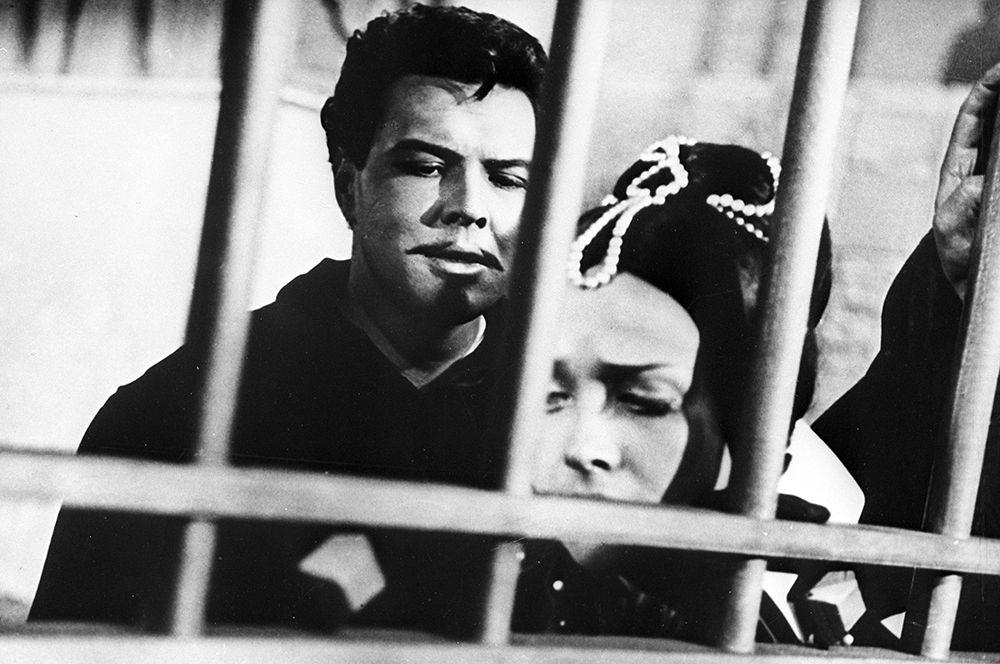 Ирина Печерникова в роли Донны Анны , Владимир Атлантов в роли Дона Жуана  в фильме «Каменный гость», 1968 год.
