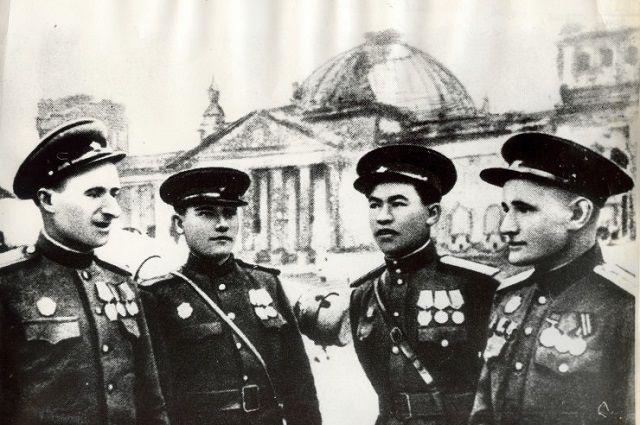 У поверженного Рейхстага. Слева направо: Мелитон Кантария, Михаил Егоров, Рахимжан Кошкарбаев, Степан Неустроев.