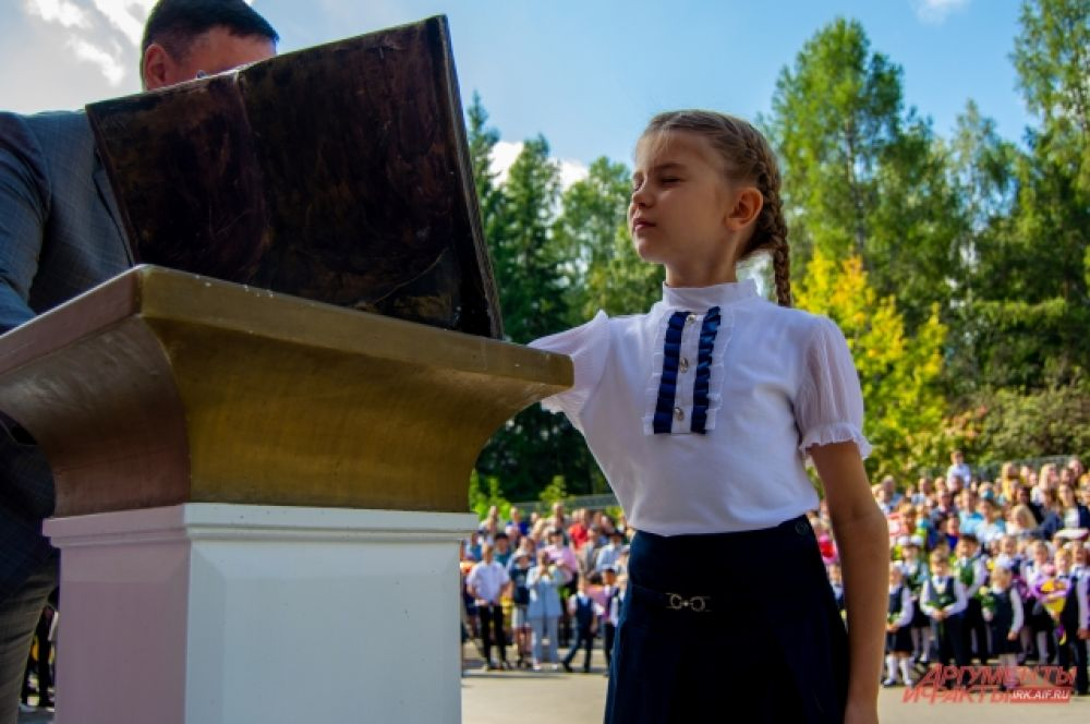 Одна из традиций школы №24 - коснуться памятника дневнику на удачу в учебном году.