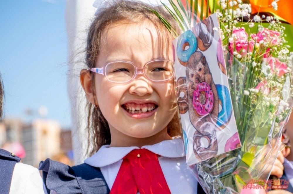 Линейка стала волнительным моментом для самых маленьких школьников: кто-то радостно улыбался, а кто-то перенервничал и даже плакал.