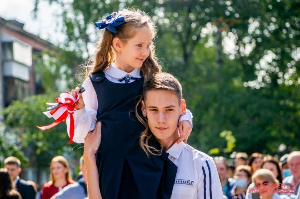 Первый звонок в школе №24 дали Софья и Михаил Табулович