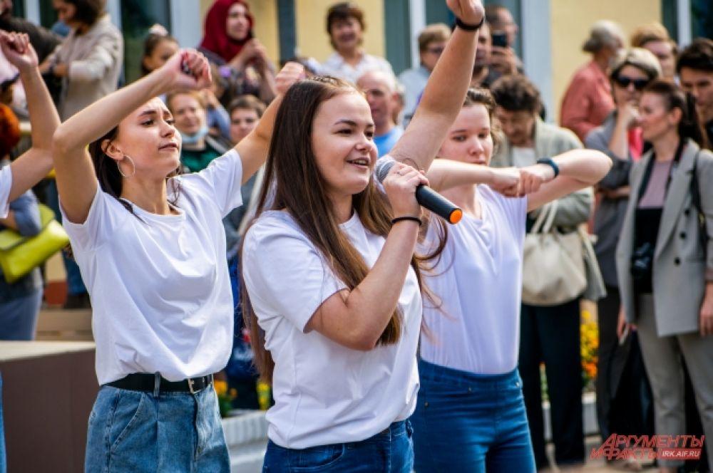 Для детей и родителей творческие коллективы школ подготовили разные номера.