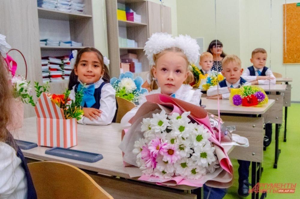 Впервые за парту в Иркутске сели десять тысяч школьников.