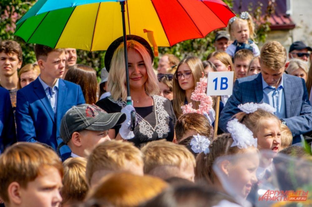 Некоторые учителя творчески подошли к костюмам, примерив на себя яркие и запоминающиеся детям образы.