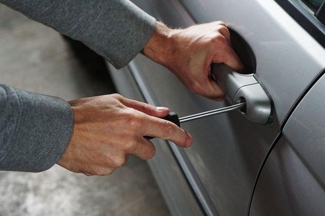 Вскрытие машины автомобиля для профессионального угонщика не составит никакого труда.