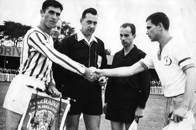 Перед матчем киевского «Динамо» и «Колрейн». 2 сентября 1965 г.