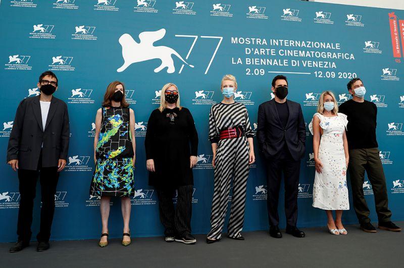 Члены жюри Венецианского фестиваля: немецкий режиссер Кристиан Петцольд, румынский режиссер Кристи Пую, Джоанна Хогг и другие кинематографисты..