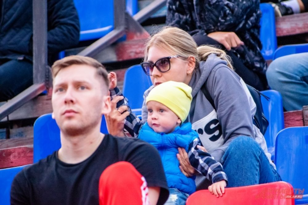 Эта игра стала первым матчем иркутского футбольного сезона, на который допустили зрителей.