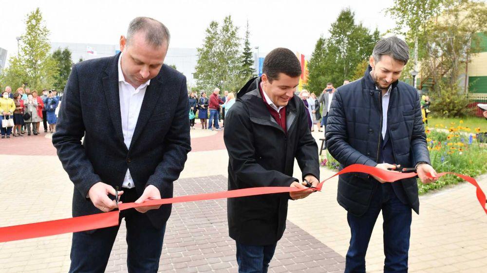 Открытие губернатором школы в Губкинском во время поездки по округу. 21.08.2020