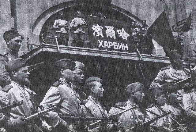 В видеосюжет попали редкие кадры - Парад Победы 16 сентября 1945 года в Харбине