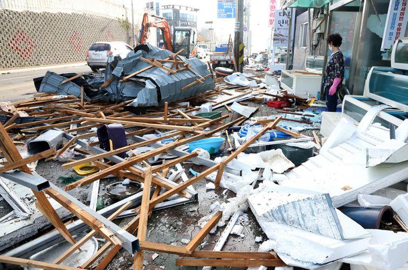 Разрушения в городе Пхохан.