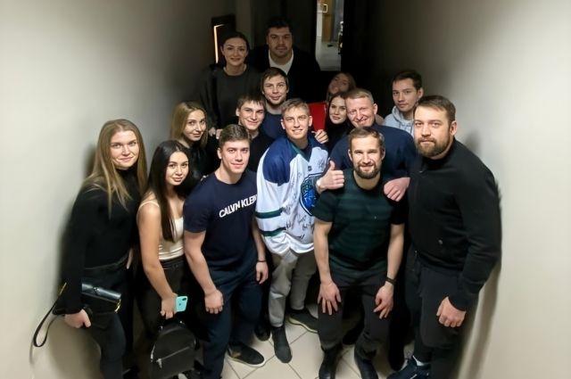 Игровую майку Щербакову вручили хоккеисты клуба
