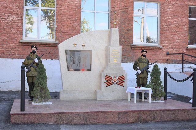 Памятник погибшим в ВОВ учителям и учащимся открыли у школы в Уфе