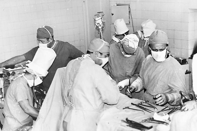 Люди в штатском предупредили хирурга о строгой «личной ответственности» за исход этой операции.