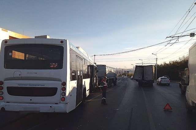 Пассажирский НефАЗ врезался в грузовик на улице Сипайловской в Уфе