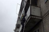 Спасатели попали в квартиру через балкон.
