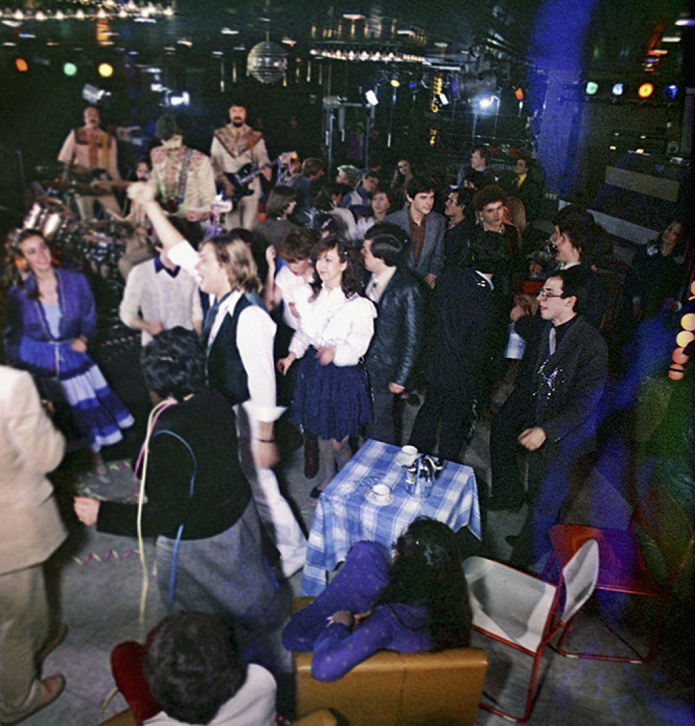В 1979 году игроков впервые назвали «знатоками», а в передаче появилась музыкальная пауза. На фото: певец Тынис Мяги в гостях у телевизионного клуба «Что? Где? Когда?», 1985 год.