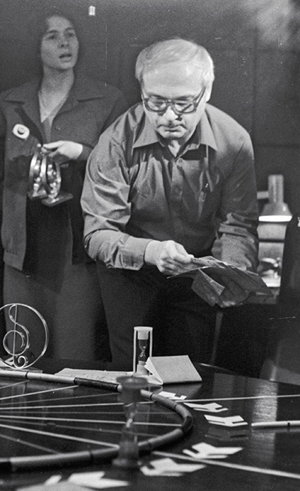 Программа вышла в эфир всего один раз, поскольку Ворошилов остался недоволен результатом. В 1976 году она изменилась радикально — теперь это был телевизионный молодежный клуб. В игре участвовали студенты МГУ, каждый из которых играл сам за себя. На фото: Владимир Ворошилов готовит очередную игру, 1985 год.