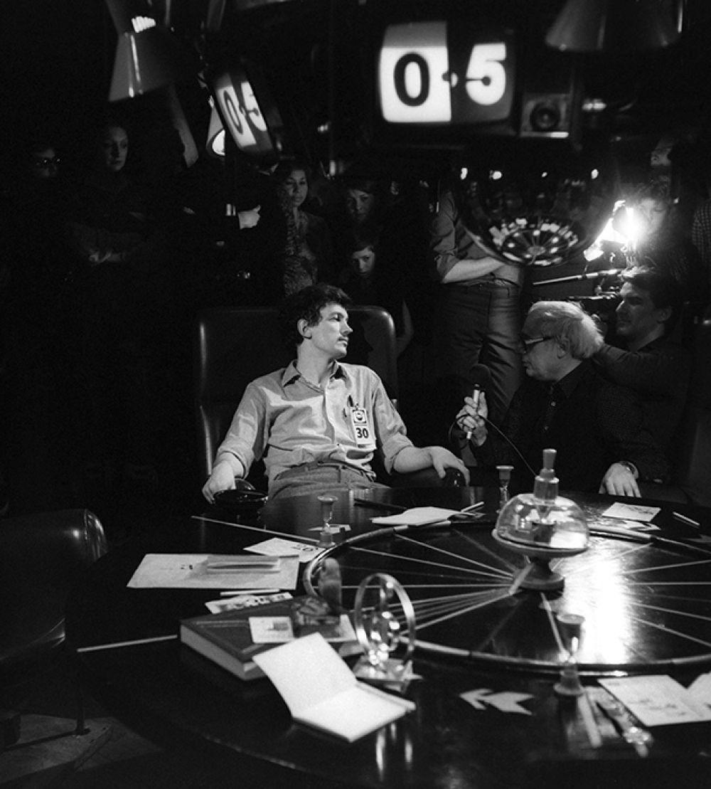 В 2000 году, в год 25-летия передачи, ведущий объявил о том, что знатоки сыграют за будущее «Что? Где? Когда?». Если решающая игра будет ими проиграна, он закроет передачу, а если знатоки победят, тогда он подчинится их решению. Знатоки выиграли со счётом 6:5.