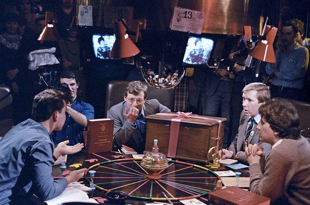 В 1977 году в «Что? Где? Когда?» появились команды из шести человек, дававших ответ на вопрос после минуты обсуждения методом «мозгового штурма». На фото: идет игра, 1985 год.