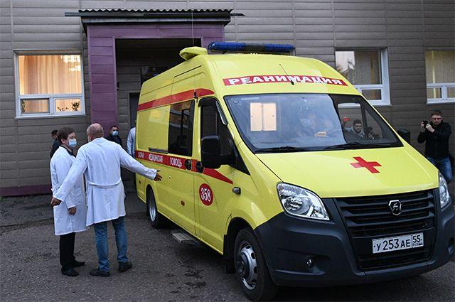 Медицинские работники загружают политика Алексея Навального в автомобиль скорой помощи возле отделения острых отравлений БСМП No1 в Омске. 22.08.2020 г.