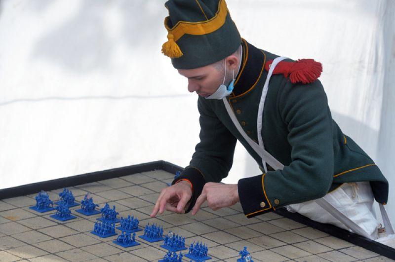 Участник реконструкции одного изфинальных боев Отечественной войны 1812 года— сражения наБерезине— наМайской аллее Измайловского парка.