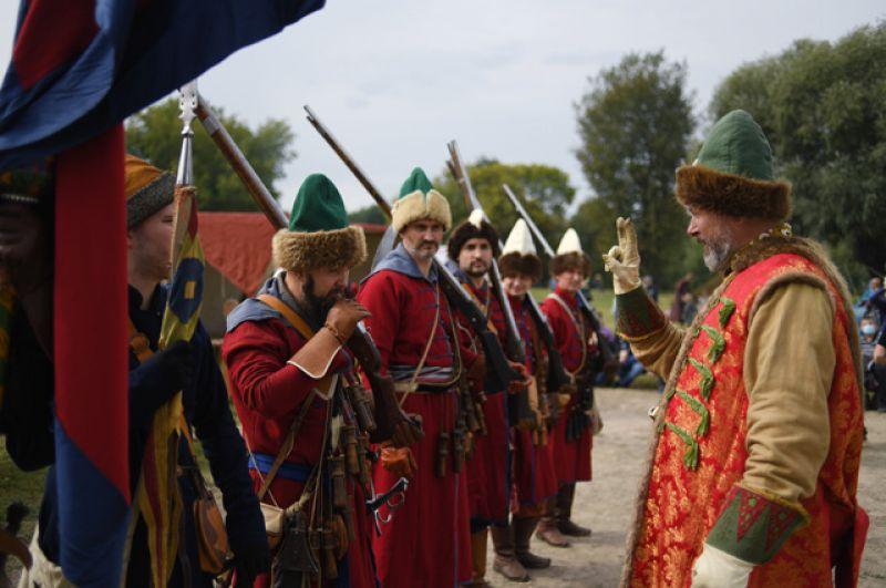Реконструкторы выступают вобразе московских стрельцов XVI-XVII веков перед посетителями впарке «Коломенское». Впарке проходит празднование 873-й годовщины основания города.