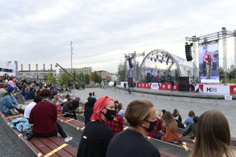 Посетители наконцерте группы «Сансара» вприродно-ландшафтном парке «Зарядье» вМоскве.