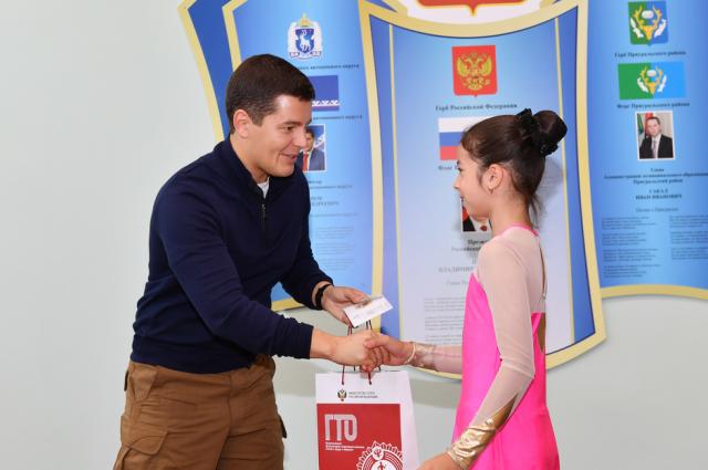 В спортшколе Приуральского района Дмитрий Артюхов вручил золотые значки ГТО