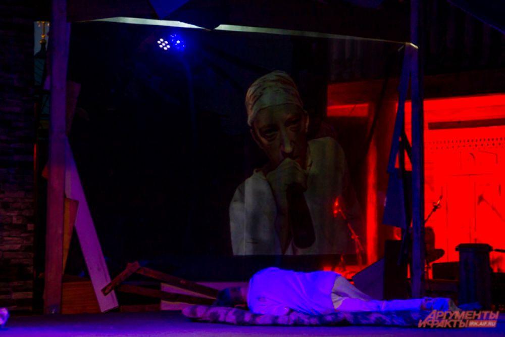 В одну из железных кукол была встроена камера, транслировавшая изображение на экран и позволявшая зрителям увидеть спектакль под другим углом.