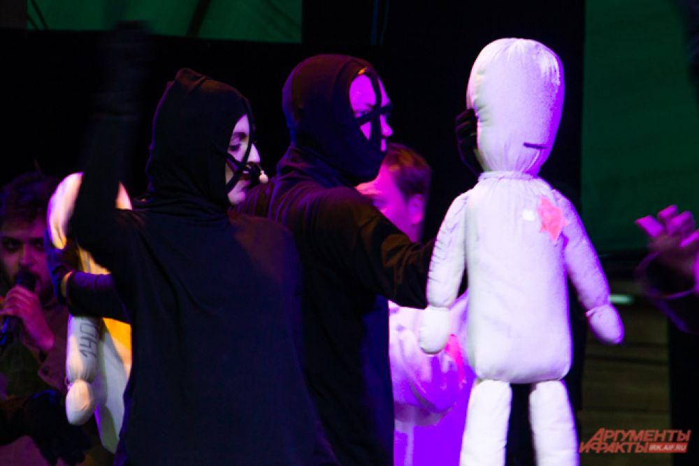 Олицетворяющие узников куклы были мягкими, податливыми и беззащитными.